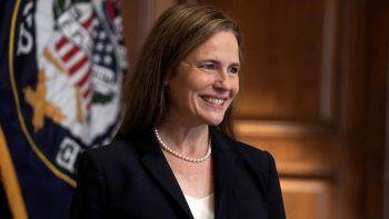La jueza Amy Coney Barrett, propuesta para la Corte Suprema, se reúne con la senadora republicana Martha McSally el miércoles 21 de octubre de 2020 en el Capitolio, en Washington.