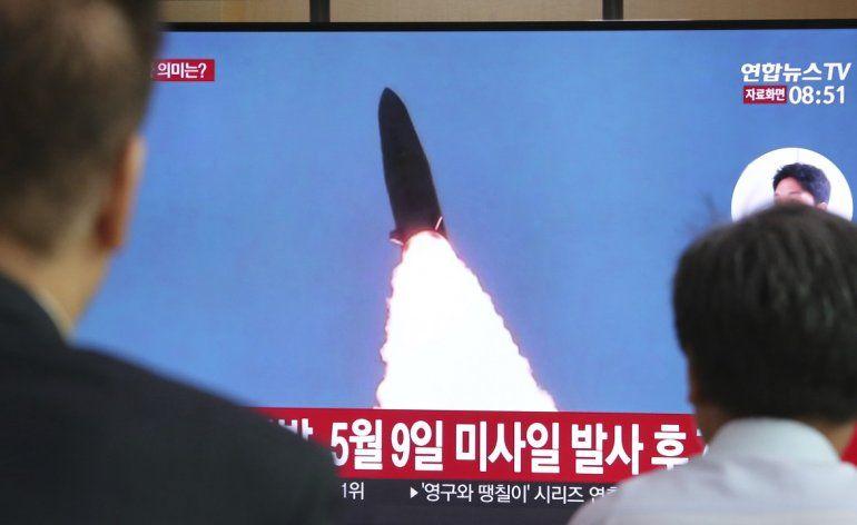 Varias personas observan el disparo de un misil de Corea del Norte transmitido por un programa noticioso en una pantalla instalada en la Estación Ferroviaria de Seúl