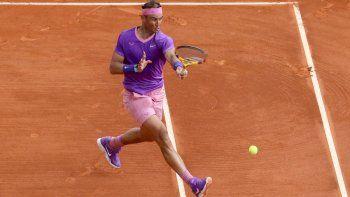El español Rafael Nadal juega un regreso durante su partido de individuales de segunda ronda contra el argentino Federico Delbonis en el quinto día del torneo Montecarlo ATP Masters Series en Mónaco el 14 de abril de 2021.