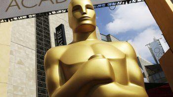 En esta foto del 21 de febrero de 2015, una estatua del Oscar afuera del Teatro Dolby para la 87ma entrega anual de los Premios de la Academia en Los Angeles.