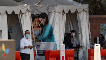 Carpas que ofrecen vacunas contra el COVID-19 afuera del Hospital de Niños de Los Ángeles el 18 de diciembre del 2020. Abundan las instalaciones médicas temporales levantadas a raíz de la pandemia del coronavirus, que se ha propagado tanto en EEUU que los hospitales no tienen personal suficiente para hacer frente a los contagios.