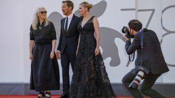 Benedict Cumberbatch y Kirsten Dunst posan al llegar al estreno de The Power Of The Dog en el Festival de Cine de Venecia, el jueves 2 de septiembre de 2021 en Venecia, Italia.