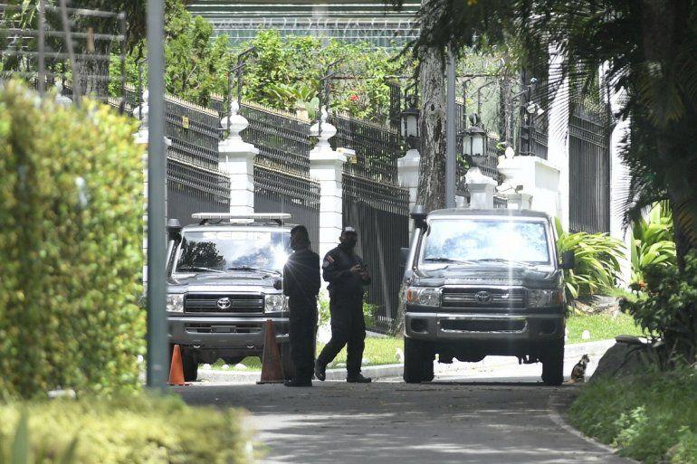 Miembros de la policía de inteligencia del SEBIN custodian los perímetros de la residencia del embajador español donde el líder opositor Leopoldo López había sido invitado luego de participar en un fallido levantamiento militar