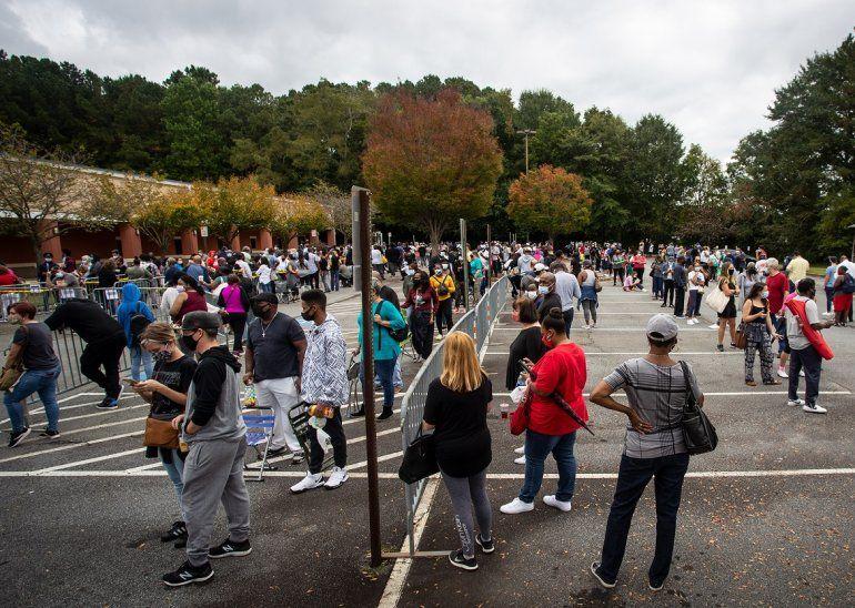 Cientos de personas esperan en fila para votar el lunes 12 de octubre de 2020 en Marietta