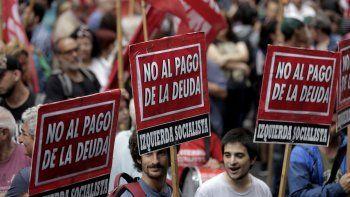 Manifestantes protestan afuera del Congreso argentino mientras los legisladores debaten una reestructuración de la deuda externa en Buenos Aires, Argentina, el miércoles 29 de enero de 2020.