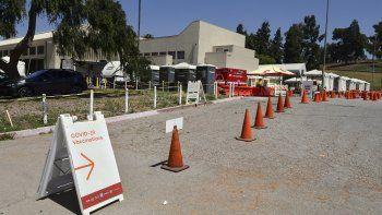 Un trabajador del sitio de la vacuna Covid-19 se sienta solo esperando a las personas en la instalación de la vacuna Covid-19 de Lincoln Park en Los Ángeles, California, el 3 de mayo de 2021.
