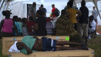 Un anciano espera ser atendido en una tienda-hospital instalada por Samaritans Purse después del huracán Dorian en Freeport, Bahamas, el martes 10 de septiembre de 2019. Miles de sobrevivientes de huracanes enfrentan la posibilidad de comenzar de nuevo, pero con poca idea de cómo o dónde comenzar.(Foto AP / Ramon Espinosa)