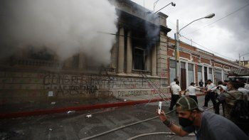 Nubes de humo salen desde el edificio del Congreso después de que manifestantes le prendieran fuego, en la Ciudad de Guatemala, el sábado 21 de noviembre de 2020.
