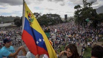 La Consulta Popular cuenta con el apoyo del gobierno de Juan Guaidó; de la Asamblea Nacional, de al menos 38 organizaciones políticas y sociales en todo el país, además de contar con un sin número de apoyos y colaboradores, en el ámbito internacional. En esta foto de archivo: Venezolanos durante una marcha en Caracas