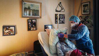 Esta foto de archivo tomada el 8 de abril de 2020 muestra a un trabajador de primeros auxilios francés de Protection Civile Paris Seine, con equipo de protección personal (PPE) colocando una máscara de oxígeno en el rostro de un hombre sospechoso de estar infectado con el nuevo coronavirus en su casa.