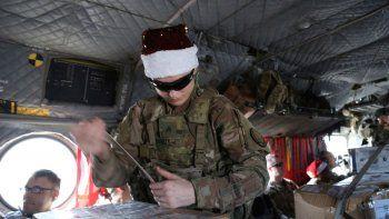 Fotografía del 23 de diciembre de 2019 de un soldado asegurando regalos navideños en un helicóptero en Irbil, Irak, que se dirige a las bases estadounidenses en el oriente de Siria.