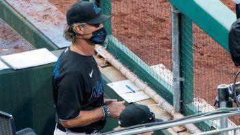El mánager de los Marlins de Miami Don Mattingly observa desde la cueva durante el octavo inning del juego contra los Filis de Filadelfia, el sábado 25 de julio de 2020, en Filadelfia.