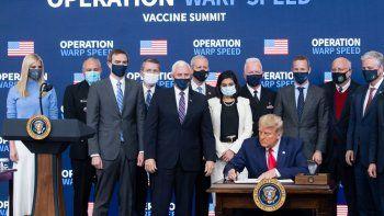 El presidente Donald Trump firma una orden ejecutiva que da prioridad a los estadounidenses para recibir vacunas contra el coronavirus, durante la Cumbre de la Vacuna de la Operación Warp Speed, en Washington, DC el 8 de diciembre de 2020.