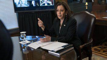 La vicepresidenta Kamala Harris asiste a una reunión con directores generales de empresas sobre el desarrollo económico en el Triángulo Norte, el jueves 27 de mayo de 2021, en su oficina ceremonial en la Casa Blanca en Washington.