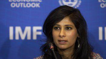 Gita Gopinath, jefa del Departamento de Investigación del Fondo Monetario Internacional, encabeza una presentación del organismo en Santiago de Chile.