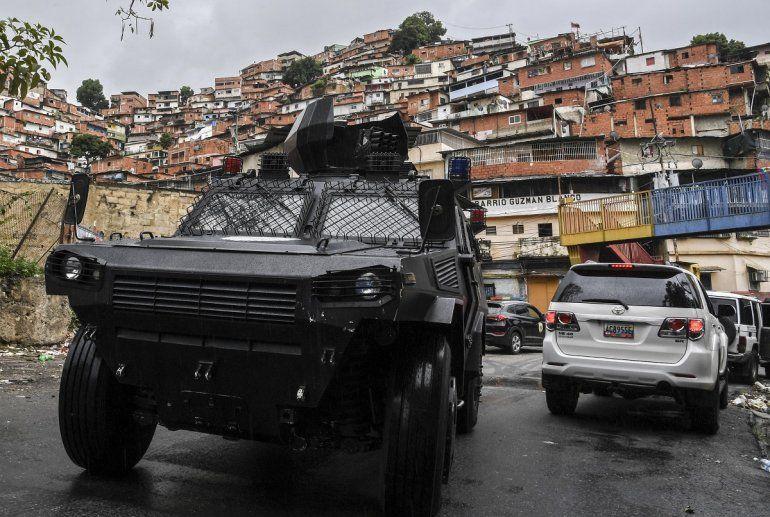 En esta fotografía de archivo del 09 de julio de 2021 un vehículo blindado VN-4 de una unidad especial de la Policía Nacional recorre una de las principales calles de la Cota 905 luego de tres días de enfrentamientos con presuntos integrantes de un criminal.