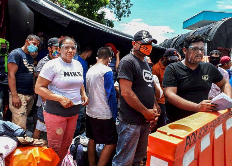 Migrantes nicaragüenses esperan autorización para cruzar la frontera entre Costa Rica y Nicaragua en Peñas Blancas