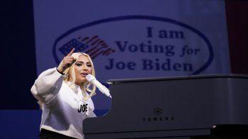 En esta foto de 2 de noviembre del 2020, Lady Gaga canta durante un acto de campaña del entonces candidato presidencial demócrata Joe Biden. en Pittsburgh. Gaga entonará el himno nacional el próximo miércoles en la ceremonia de investidura de Biden como el 46to presidente de Estados Unidos, en Washington.