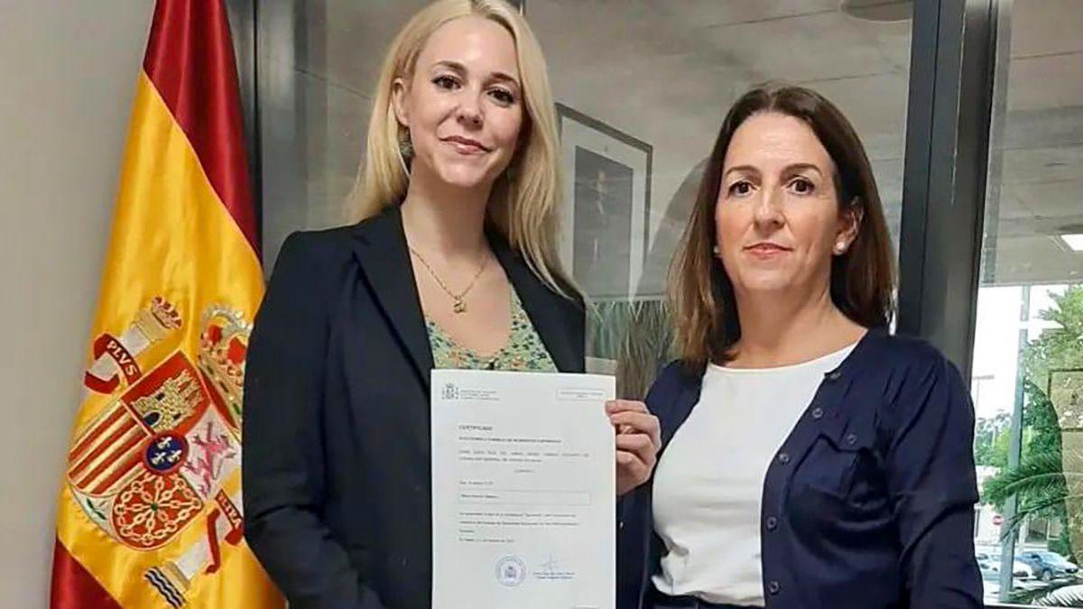 La abogada María Herrera Mellado (izq.) presenta candidatura ante la cónsul adjunta de España en Miami, Sofía Ruiz Del Árbol Moro.