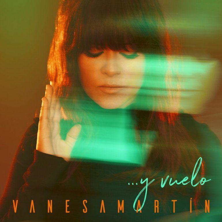 Esta imagen proporcionada por Warner Music muestra la portada de ...y vuelo