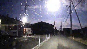 Esta imagen tomada de una grabación de la carretera muestra un brillante meteorito, en la parte superior central, sobre una calle en la prefectura de Tokushima, en el suroeste de Japón, el domingo 29 de noviembre de 2020.