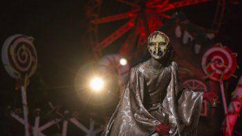 Una actriz disfrazada de bruja actúa en el parque de diversiones con temática de terror Hopi Hari en Sao Paulo, Brasil, 4 de septiembre de 2020. Debido a las restricciones del coronavirus, el parque creó un tour en auto que permite disfrutar la experiencia desde el auto.