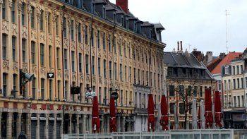 Cafés y restaurantes de la plaza principal de Lille, en el norte de Francia, cerrados por orden del gobierno en medio de la crisis del coronavirus. Foto del 15 de marzo del 2020.