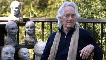 En esta foto de archivo del 16 de septiembre de 2010, el poeta Beat Michael McClure es visto en su terraza con esculturas de su esposa, la artista Amy Evans McClure, en su casa en Oakland, California.