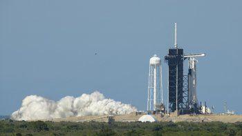 Un cohete Falcon 9 de SpaceX con la cápsula Crew Dragon a bordo es visto en la plataforma de lanzamientos durante una breve prueba el centro espacial Kennedy en Florida, el viernes 22 de mayo.