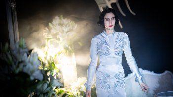 La modelo griega Angeliki Tsionou posa en la grabación de un video para presentar en la Semana de la Moda de París la colección primavera-verano 2021 del diseñador francés Julien Fournié.