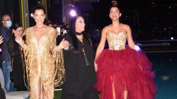 La diseñadora dominicana Giannina Azar despide su desfile junto a Clarissa Molina (der.) y otra modelo que luce una de sus creaciones en la pasarela de San Juan Moda.