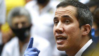 El presidente encargado de Venezuela Juan Guiadó habla a su llegada a la sede del partido político Acción Democrática (AD) en Caracas, Venezuela.