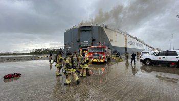 Fotografía publicada en la cuenta oficial de Twitter del Departamento de Bomberos de Jacksonville sobre el incendio en un barco noruego anclado enBlount Island el jueves 4 de junio de 2020.