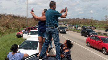 Se espera que al menos 100.000 desplazados lleguen al estado de Florida. En la imagen, varios ciudadanos puertorriqueños tratan de acceder a lugares con cobertura móvil para comunicarse con sus familiares y amigos.
