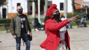 Seguida por su guardaespaldas asignado por el Gobierno, la líder comunitaria Luz Nelly Santana asiste a una reunión con otros líderes que como ella han recibido amenazas de muerte en Colombia.