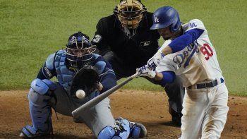 Mookie Betts, de los Dodgers de Los Ángeles, conecta un jonrón en la sexta entrada del primer juego de Serie Mundial ante los Rays de Tampa Bay, el martes 20 de octubre de 2020, en Arlington, Texas