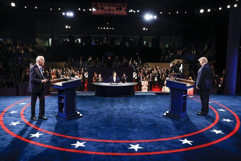 El presidente Donald Trump y el exvicepresidente del candidato demócrata a la presidencia Joe Biden participan en el debate presidencial final en la Universidad de Belmont