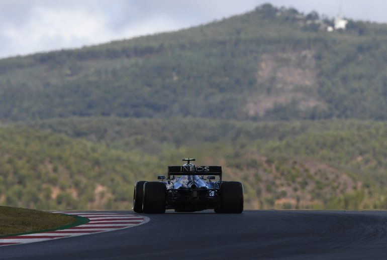 El piloto finlandés Valtteri Bottas conduce su Mercedes en la primera sesión de práctica para el Gran Premio de Portugal de la Fórmula Uno
