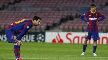 Lionel Messi de Barcelona, a la izquierda, durante el partido de fútbol del grupo G de la Liga de Campeones entre el FC Barcelona y el Dynamo Kyiv en el estadio Camp Nou de Barcelona, España, el miércoles 4 de noviembre de 2020