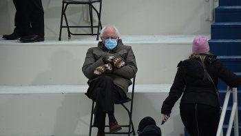 El ex candidato presidencial, el senador Bernie Sanders (D-Vermont) se sienta en las gradas del Capitolio antes de que Joe Biden preste juramento como el 46 ° presidente de los Estados Unidos el 20 de enero de 2021, en el Capitolio de los Estados Unidos en Washington, DC