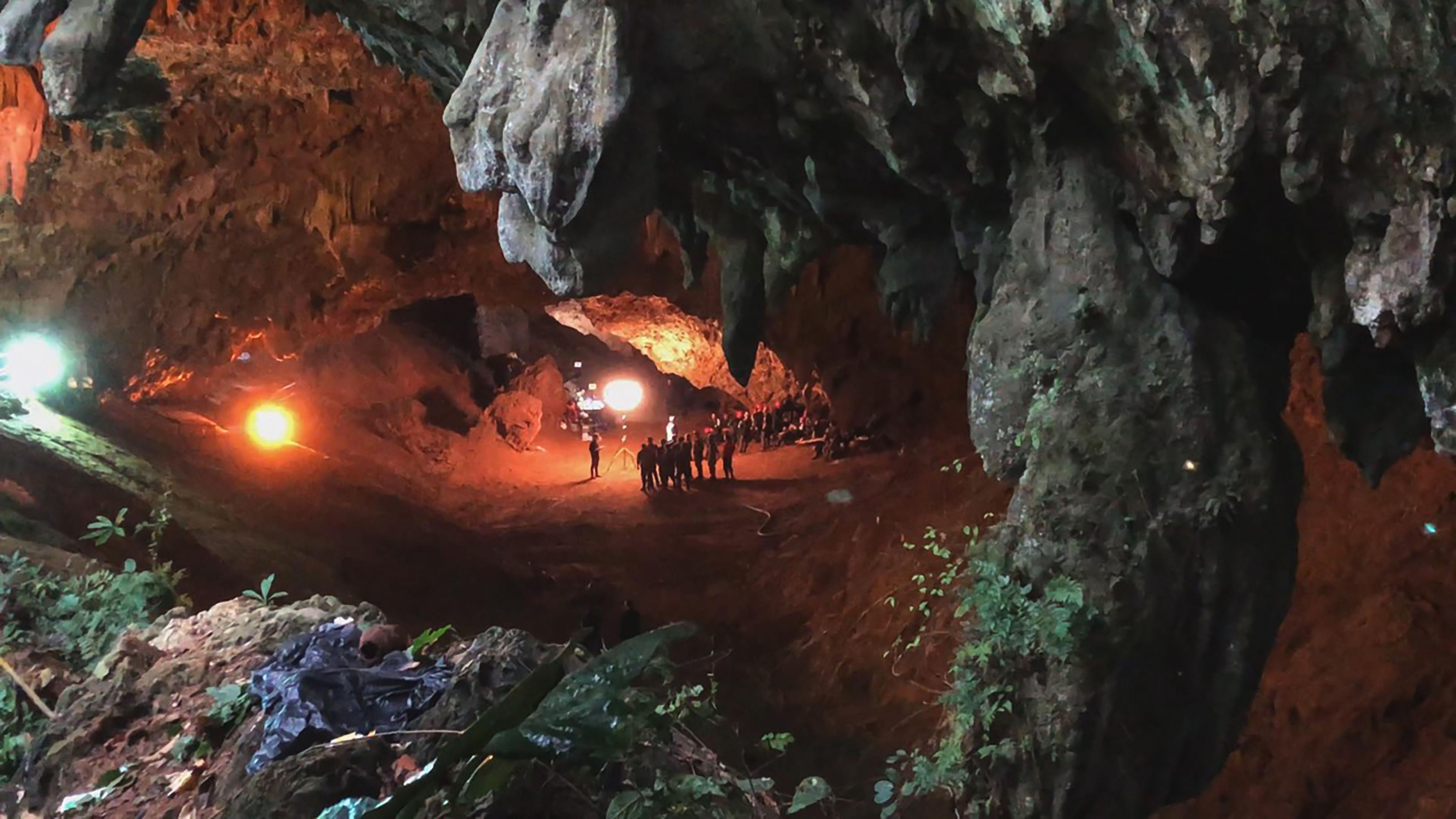 En esta imagen proporcionada por National Geographic una escena del documental The Rescue sobre el rescate de 12 chicos tailandeses y su entrenador de fútbol de una cueva inundada en 2018.