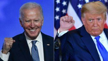 Esta combinación de imágenes creadas el 4 de noviembre de 2020 muestra al candidato presidencial demócrata Joe Biden (izquierda) en Wilmington, Delaware, y al presidente de Estados Unidos, Donald Trump (derecha) en Washington, DC, ambos levantando el puño durante un discurso de la noche de las elecciones a principios de noviembre.