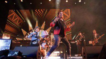 En esta foto del 14 de marzo de 2020, Carlos Vives, junto al acordeonista Egidio Cuadrado, se presenta en el festival de música Vive Latino en la Ciudad de México.