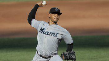El abridor de los marlins de Miami Elieser Hernández trabaja en la segunda entrada del juego ante los Orioles de Baltimore, el primero de una doble cartelera, el miércoles 5 de agosto de 2020, en Baltimore.
