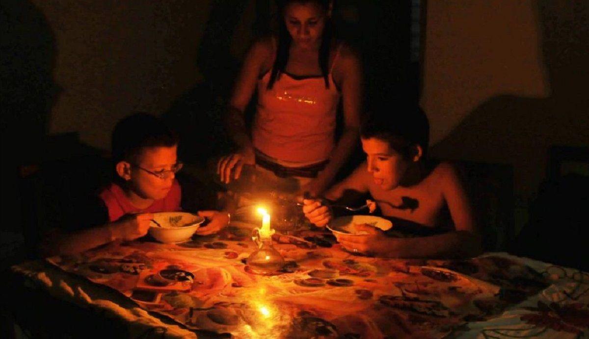 Apagones de un día en Cuba: corte de electricidad de las 12:00 AM hasta las 4:00AM. De las 2:00PM a las 7:00PM, y ahora otra vez a las 10:00PM y contando