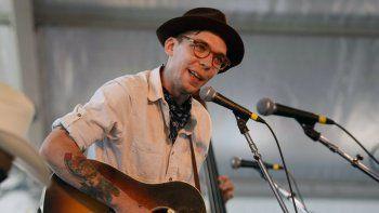 En esta foto del 31 de julio de 2011, el cantautor Justin Townes Earle actúa en el Newport Folk Festival en Newport, Rhode Island. Earle, un destacado cantautor de música de raíces estadounidenses conocido por su estilo introspectivo y evocador, falleció. Tenía 38 años.