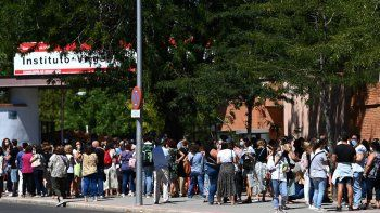 Docentes y personal no académico hacen cola para someterse a pruebas de PCR en el exterior del instituto Virgen de la Paloma, antes de la reapertura de las escuelas para un nuevo curso académico en medio de la pandemia de coronavirus, en Madrid el 2 de septiembre de 2020.