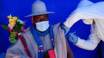 Un residente es vacunado con una dosis de Sinopharm durante una campaña de vacunación dirigida a la comunidad indígena Uru Chipaya, en Chipaya, Bolivia, el viernes 23 de julio de 2021