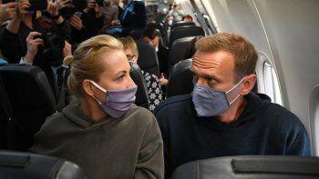 El líder de la oposición rusa Alexei Navalny y su esposa Yulia se sientan en un avión de la aerolínea Pobeda que se dirige a Moscú antes del despegue del aeropuerto de Berlín Brandenburgo (BER) en Schoenefeld, al sureste de Berlín, el 17 de enero de 2021.
