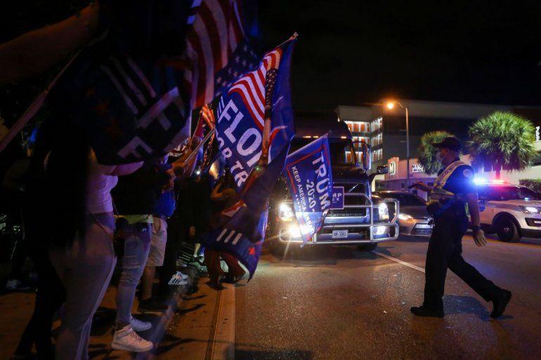Los partidarios del presidente Donald Trump se manifiestan frente al restaurante cubano Versailles en Miami